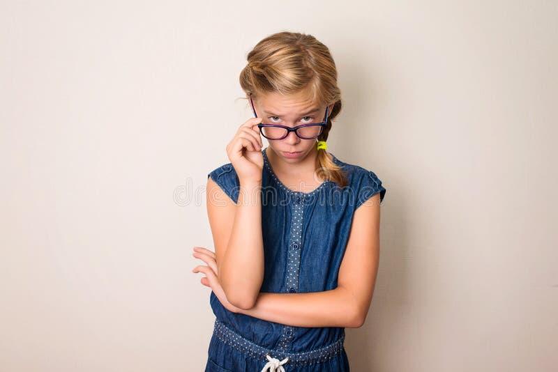 Gezondheid, onderwijs en mensenconcept Ernstig tienermeisje in eyegl stock foto