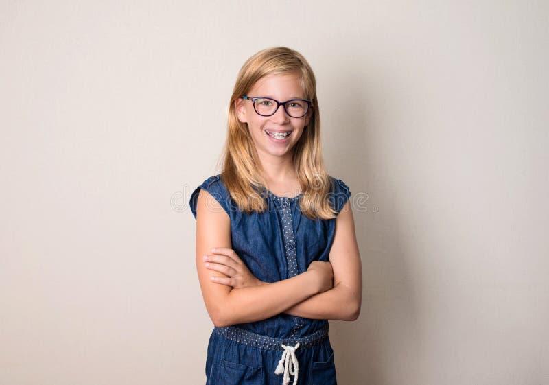 Gezondheid, onderwijs en mensenconcept Gelukkig tienermeisje in steunen stock afbeeldingen