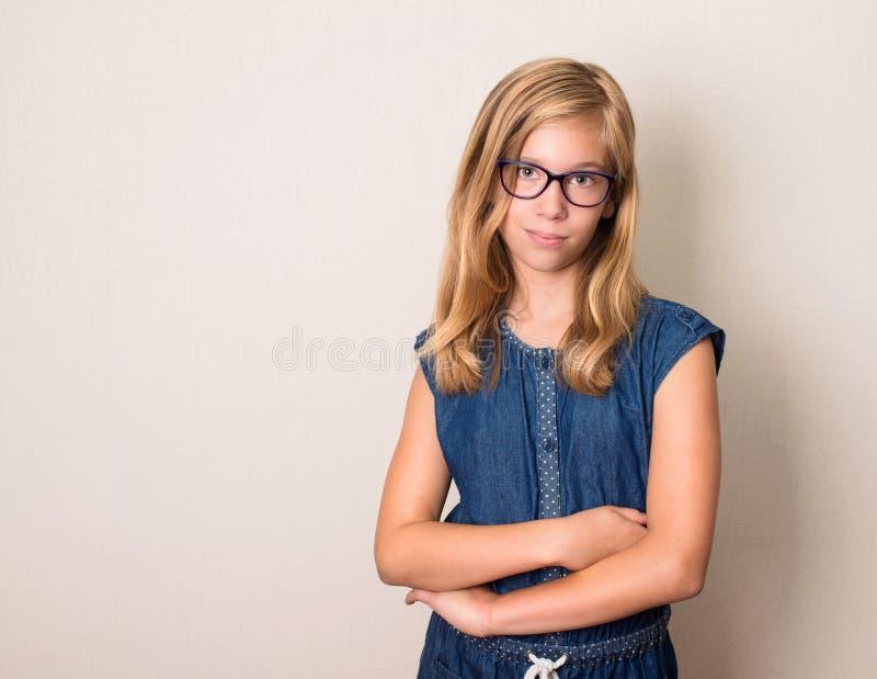 Gezondheid, onderwijs en mensenconcept Zeker tienermeisje in oog royalty-vrije stock afbeelding