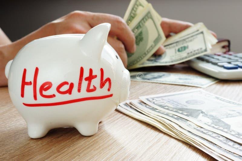 Gezondheid op het spaarvarken Besparingen voor behandeling Geneeskundekosten stock foto's