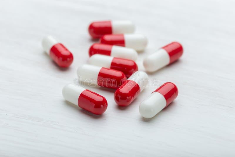 Gezondheid, vitaminen en medische uitrustingenconcept - geneesmiddelen en pillen op witte achtergrond royalty-vrije stock foto