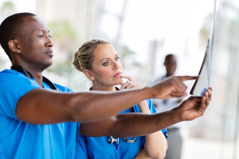Gezondheidsarbeiders het kijken stock foto