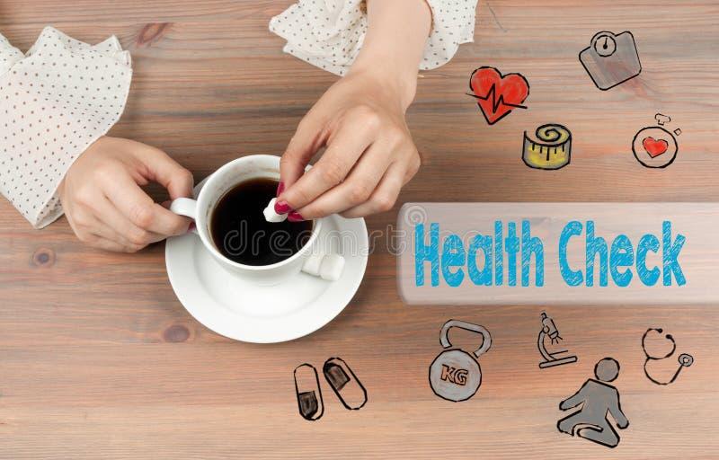 Gezondheidscontrole De hoogste mening van de koffiekop over houten lijst backgroundr stock foto