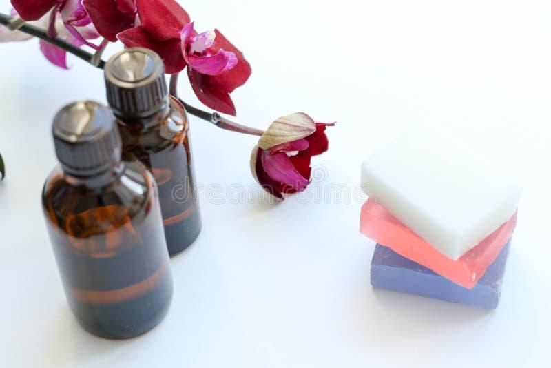 Gezondheidsproducten en schoonheidsmiddelen Kruiden en minerale huidzorg Een kruik olie, donkere kosmetische flessen zonder een e stock fotografie