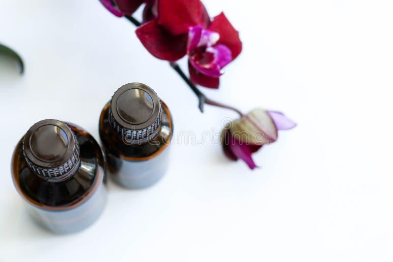 Gezondheidsproducten en schoonheidsmiddelen Kruiden en minerale huidzorg Een kruik olie, donkere kosmetische flessen zonder een e royalty-vrije stock foto