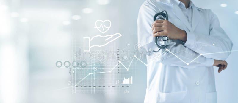 Gezondheidszorg bedrijfsgrafiek en Algemeen medisch onderzoek, Ziektekostenverzekering, Arts met in hand stethoscoop en de grafie stock foto