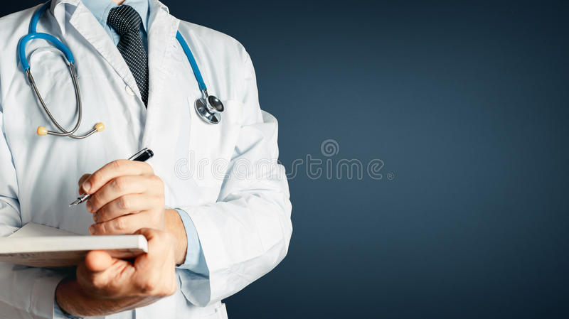 Gezondheidszorg en Geneeskunde De Medische Geschiedenis van artsenwrites data into royalty-vrije stock foto's