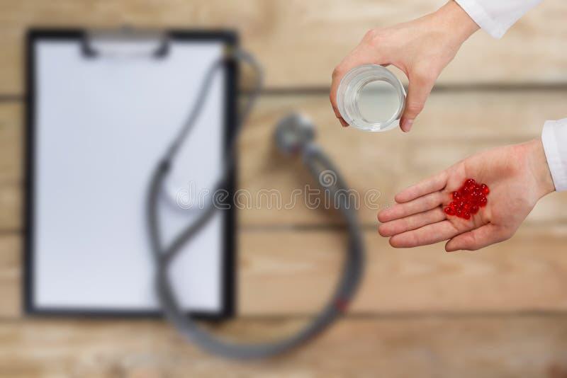 Gezondheidszorg en geneeskundeconcept - Vrouwelijke arts royalty-vrije stock afbeeldingen