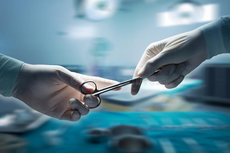 Gezondheidszorg en medisch concept, Close-up van chirurgenhanden stock foto's
