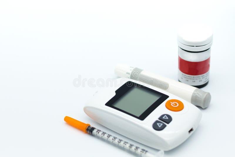Gezondheidszorg: Glucosemeter en spuit Beeldgebruik voor geneeskunde, glycemic diabetes, gezondheidszorg, de achtergrond van het  royalty-vrije stock afbeeldingen
