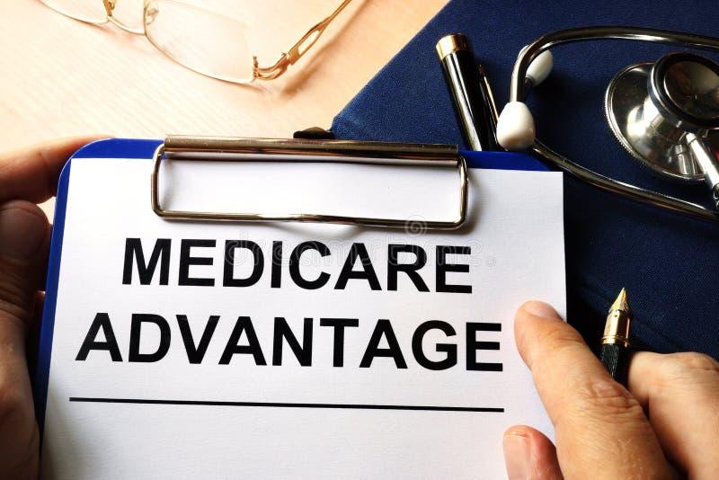 Gezondheidszorg voor bejaarden-voordeel in een klembord royalty-vrije stock afbeeldingen