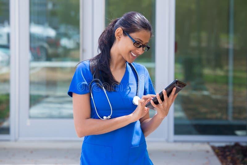 Gezondheidszorgarbeider die aan digitale tablet werken stock afbeeldingen