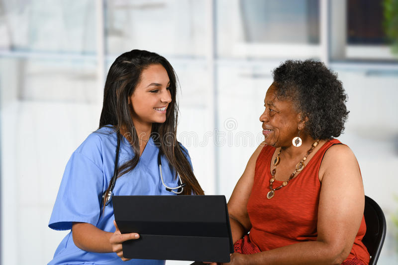 Gezondheidszorgarbeider en Bejaarde stock afbeelding