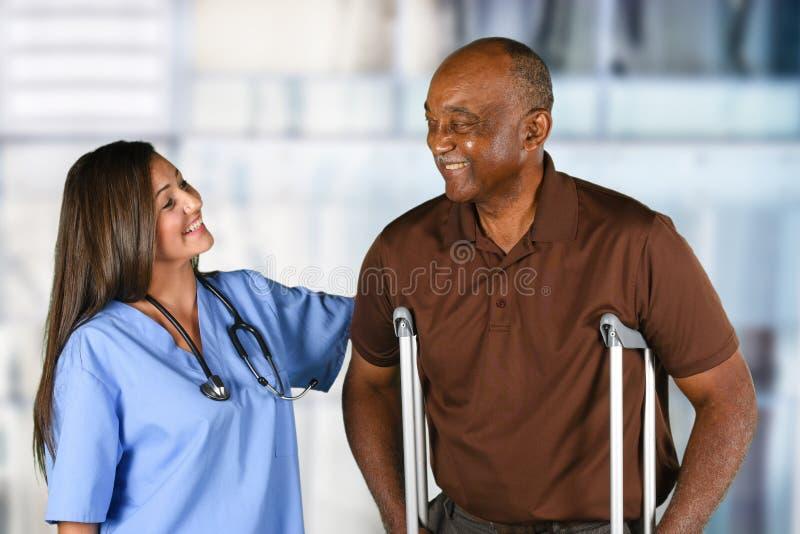 Gezondheidszorgarbeider en Bejaarde Patiënt royalty-vrije stock fotografie
