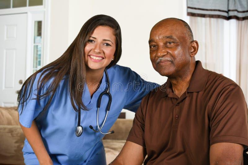 Gezondheidszorgarbeider en Bejaarde Patiënt royalty-vrije stock foto