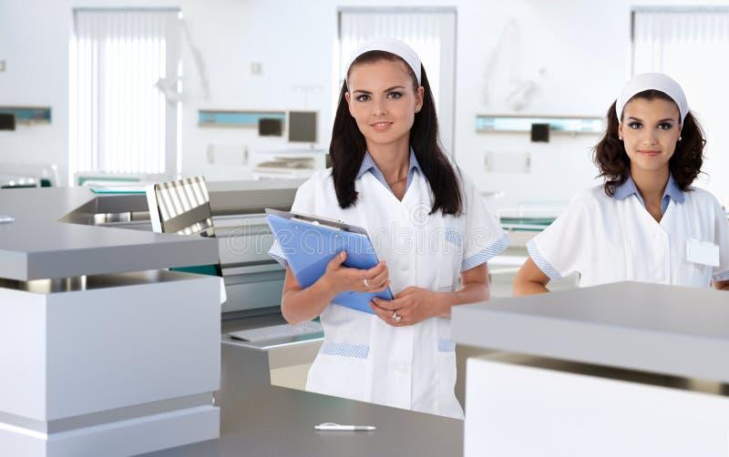 Gezondheidszorgarbeiders bij het ziekenhuisontvangst stock afbeelding