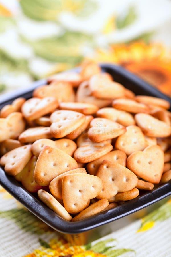 Gezouten crackers in zwarte kom stock foto's
