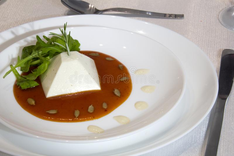 Gezouten die pannacotta met rozemarijn en zijn zoete saus van roodgloeiende peper wordt bemerkt royalty-vrije stock foto's