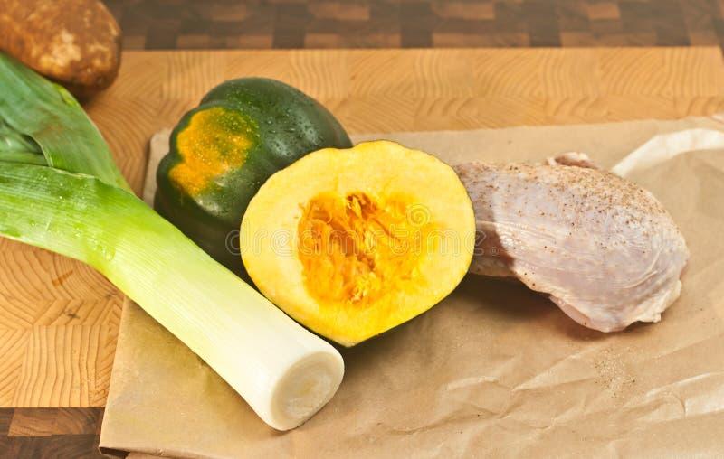 Gezouten en peppered ruwe, organische, kippenborst, gewassen prei, en aardappel, en eikelpompoen, op een bamboe houten scherpe ra royalty-vrije stock fotografie