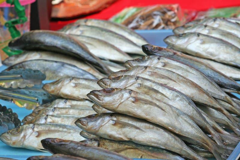 Gezouten makreel in lokale markt stock foto's