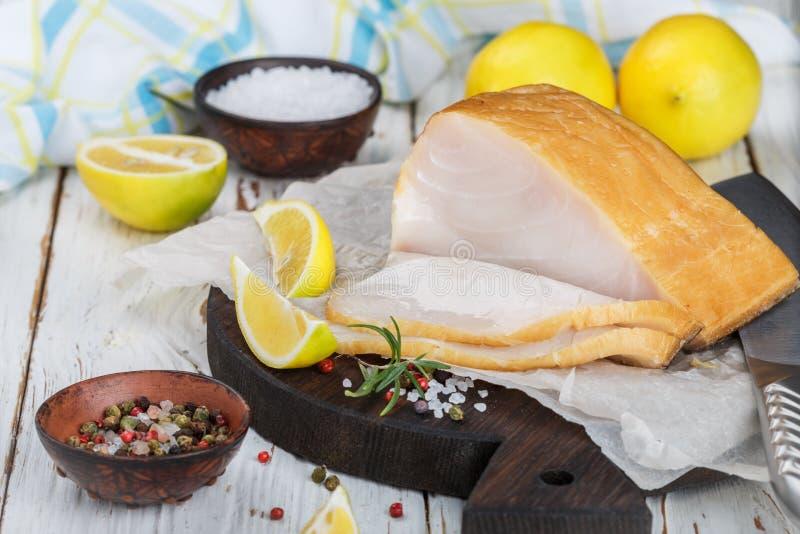 Gezouten witte vissen met citroen, rozemarijn en kruiden stock afbeelding