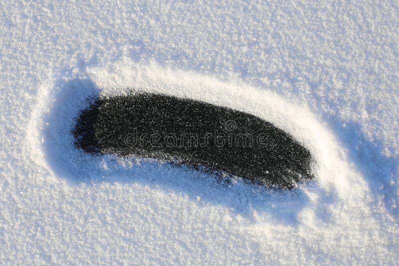 Gezuiverde sneeuw tegen de achtergrond van natuurlijk ijs op een zonnige dag royalty-vrije stock foto