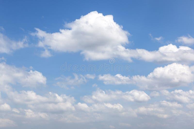Gezwollen Witte Wolken in Blauwe Hemel voor Natuurlijke Achtergrond stock afbeelding
