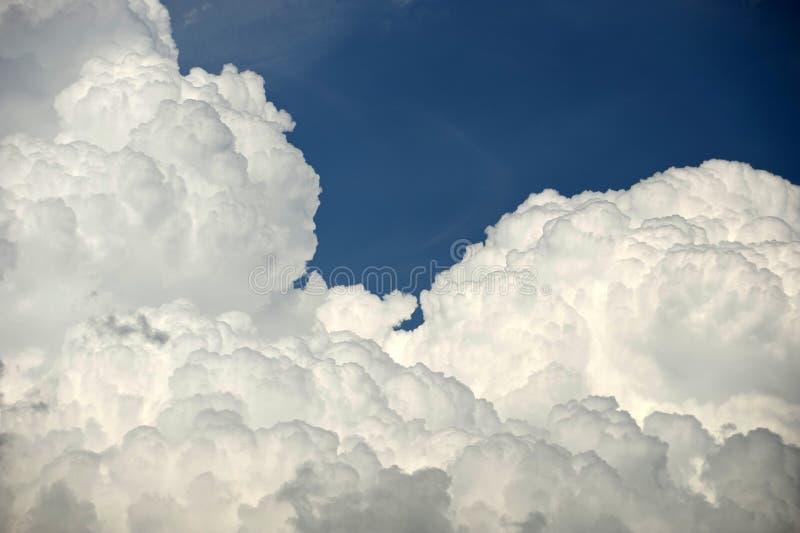 Download Gezwollen wolken stock afbeelding. Afbeelding bestaande uit toneel - 29503057