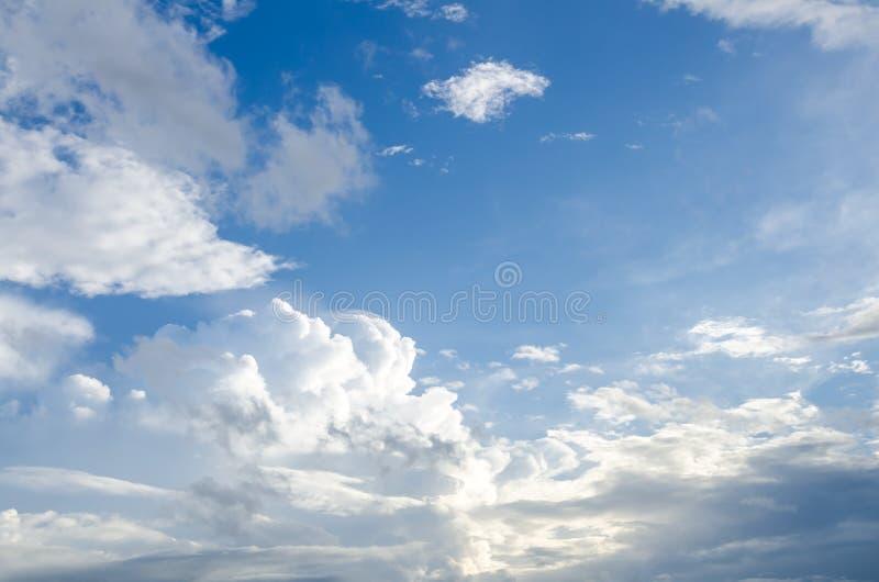 Gezwollen wolken en blauwe hemel stock fotografie