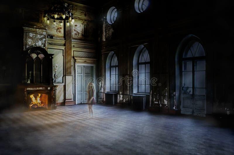 Gghostvrouw in het verlaten huis royalty-vrije stock afbeelding