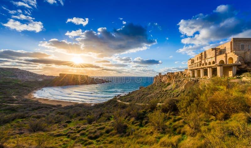 Ghajn Tuffeha, Malta - puesta del sol hermosa en la playa de Ghajn Tuffieha en un día de verano precioso con el cielo hermoso fotografía de archivo
