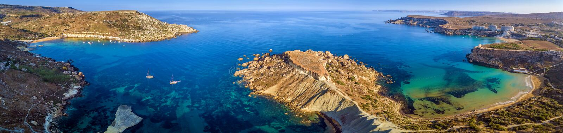 Ghajn Tuffieha, Μάλτα - εναέρια πανοραμική άποψη της ακτής Ghajn Tuffieha με τον κόλπο Gnejna, κόλπος Riviera στοκ φωτογραφία με δικαίωμα ελεύθερης χρήσης
