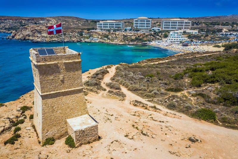 Ghajn Tuffieha, Μάλτα - όμορφο παρατηρητήριο Ghajn Tuffieha και χρυσή παραλία κόλπων άνωθεν στοκ εικόνα με δικαίωμα ελεύθερης χρήσης