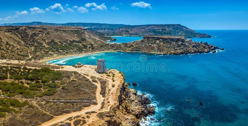 Ghajn Tuffieha, Malta - Luftpanoramablick der schönen Bucht Ghajn Tuffieha, Uhr-Turm Ghajn Tuffieha stockbilder