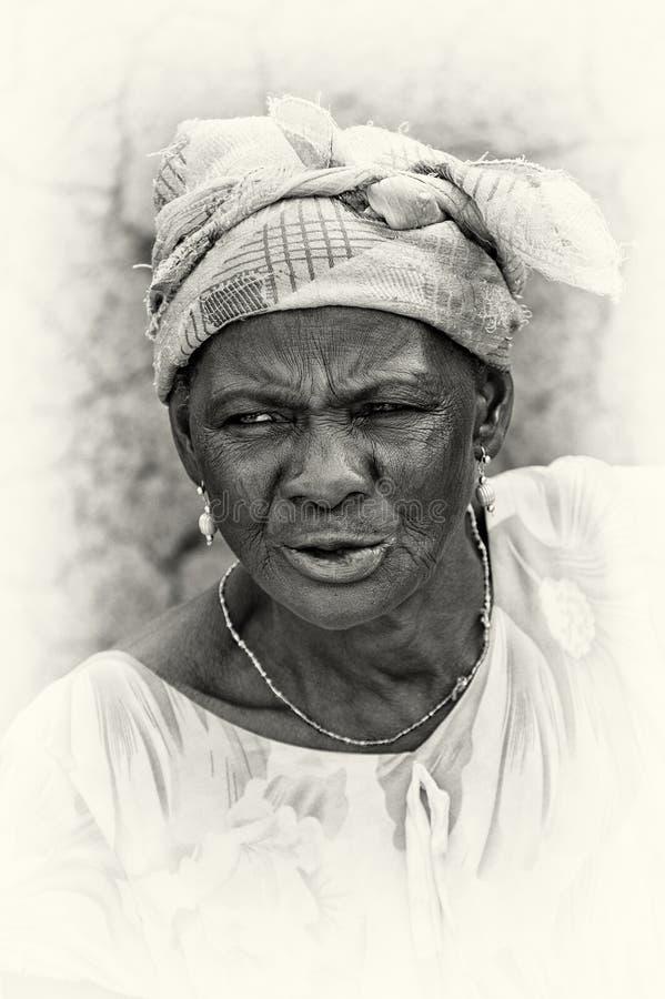 Ghanaische Frau trägt weiße Kleidung stockbilder