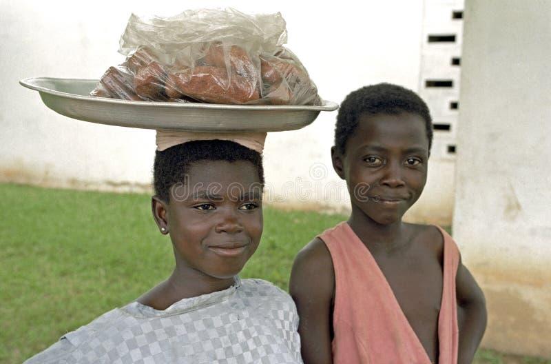 Ghanansk syskongruppförsäljningsmat i Kumasi fotografering för bildbyråer