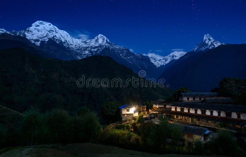 Ghandruk i Annapurna masyw przy nocą