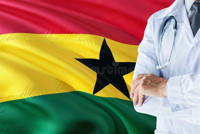 Ghanese Arts die zich met stethoscoop op de vlagachtergrond van Ghana bevinden Het nationale concept van het gezondheidszorgsyste royalty-vrije stock afbeeldingen