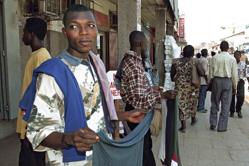 Ghanese straatventers in het winkelen straat in Accra stock fotografie