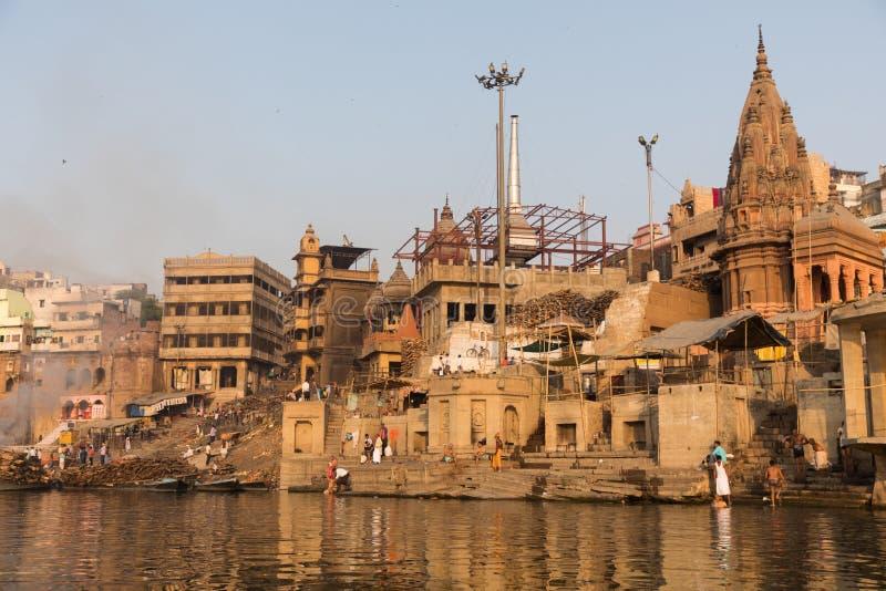 Ghat ardiendo en Varanasi, la India imagenes de archivo