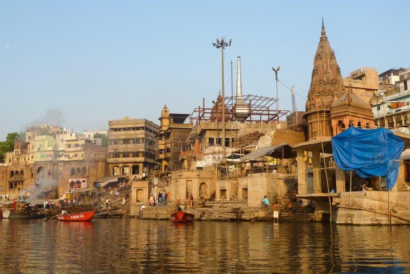 Ghat de queimadura em Varanasi, Índia fotos de stock royalty free
