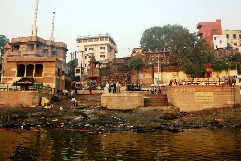 Ghat di cremazione a Varanasi immagine stock