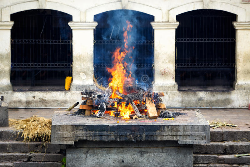 Ghat e cerimonia di cremazione nel Nepal fotografia stock