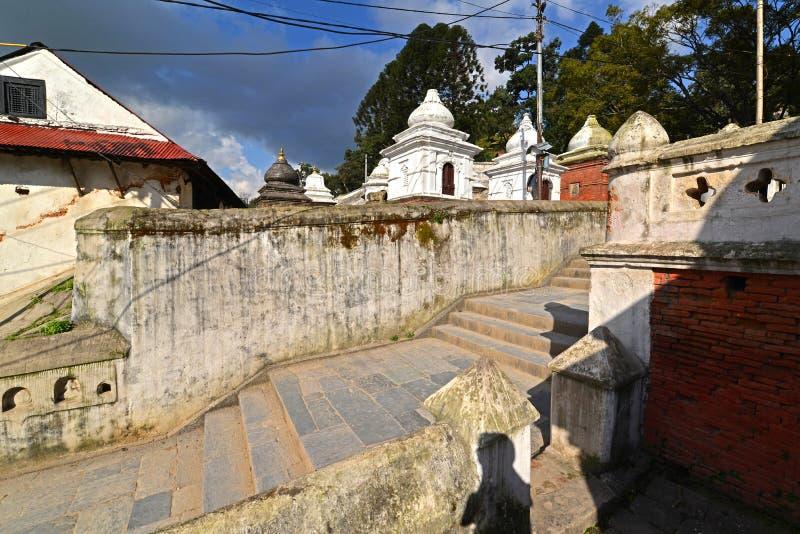 Ghats d'incinération dans Pashupatinath avant le tremblement de terre Kathmand photos stock