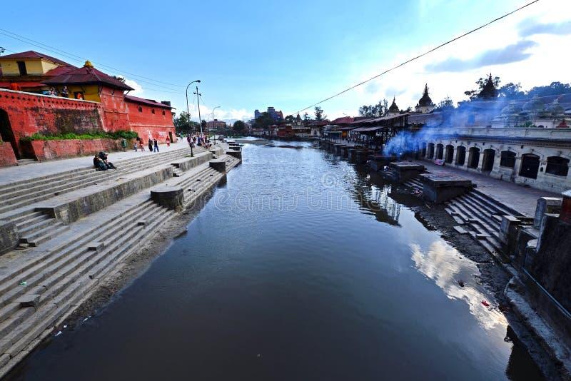 Ghats d'incinération dans Pashupatinath avant le tremblement de terre Kathmand photo libre de droits