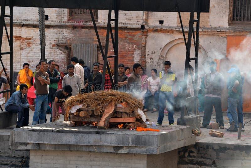 Ghats d'incinération dans Pashupatinath, Népal image libre de droits
