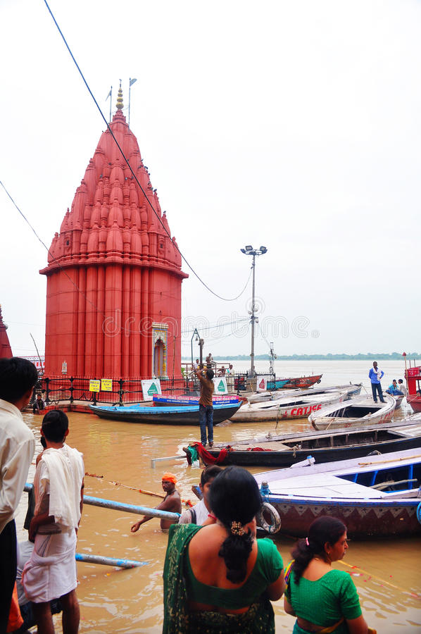 Ghats inondés de Varanasi images libres de droits