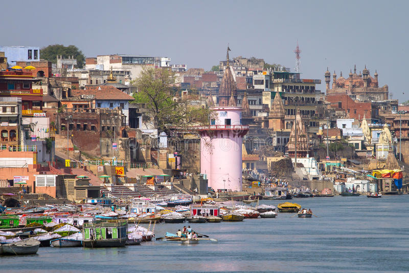 Ghats nos bancos de Ganges River, Varanasi fotos de stock royalty free