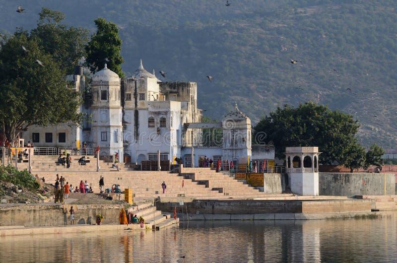 Ghats saints de personnes le soir au lac sacré Sarovar, Pushkar, Inde photographie stock libre de droits