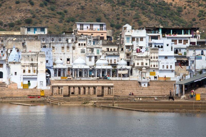 Ghats santamente no lago sagrado Sarovar Pushkar, India fotos de stock royalty free